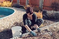 Giardiniere della donna di medio evo nel giardino di primavera immagine stock