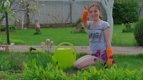Giardiniere femminile che mostra i pollici su archivi video