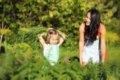 Giardiniere femminile che tiene le verdure organiche fresche dall'azienda agricola Tempo di raccolta Immagine Stock