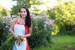 Giardiniere femminile che tiene le verdure organiche fresche dall'azienda agricola Tempo di raccolta Fotografia Stock Libera da Diritti