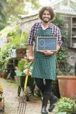 Giardiniere maschio con la forcella di giardinaggio della tenuta aperta del segno Immagine Stock Libera da Diritti