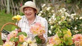 Giardiniere maturo della donna video d archivio