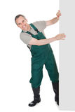 Giardiniere maturo felice che presenta insegna vuota Immagini Stock