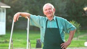 Giardiniere senior che mostra pollice su video d archivio