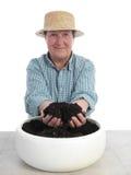 Giardiniere senior con il pugno di suolo Immagini Stock