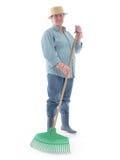 Giardiniere senior con il rastrello Immagine Stock