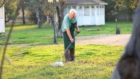 Giardiniere senior con il rastrello stock footage