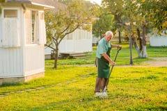 Giardiniere senior con il rastrello Fotografie Stock