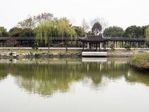 Giardino cinese classico con lo stagno Fotografia Stock Libera da Diritti