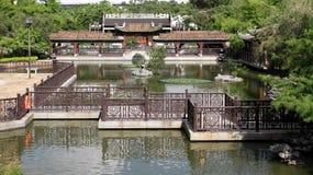 Giardino cinese e lago in Lai Chi Kok Fotografie Stock