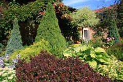 Giardino con la casa di estate Fotografia Stock Libera da Diritti