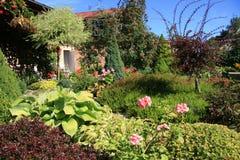Giardino con la casa di estate Immagini Stock