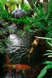 Giardino con lo stagno di kois Fotografie Stock Libere da Diritti
