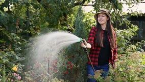 Giardino d'innaffiatura del giardiniere della donna video d archivio