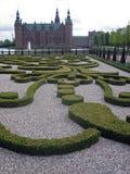 Giardino decorato e castello in Danimarca fotografia stock libera da diritti