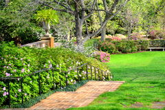 Giardino della primavera con le scale Fotografie Stock