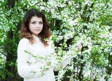 Giardino della ragazza in primavera fotografie stock