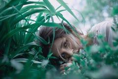 Giardino di Eden Fiori intorno alla ragazza in vestito grigio ed in stivali verdi Ritratto di giovane ragazza attraente di estate Immagine Stock Libera da Diritti