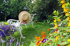 Giardino di estate di Peacuful con un cappello Fotografia Stock
