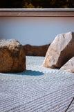 Giardino di pietra con i modelli rastrellati come Frederik Meijer Gardens fotografia stock