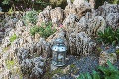 Giardino di rocce decorato con i supporti di candela Immagini Stock