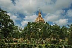 Giardino di Rodin Museum e Les Invalides Golden Dome nel giorno nuvoloso a Parigi immagini stock libere da diritti