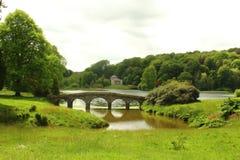Giardino di Stourhead con il ponte di Palladian ed il panteon Fotografie Stock