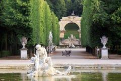 Giardino di Vienna Schoenbrunn con lo stagno rotondo nella priorità alta Vienna, Austria immagini stock libere da diritti