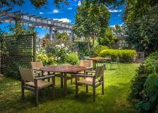 Giardino domestico di estate del cortile fotografia stock libera da diritti