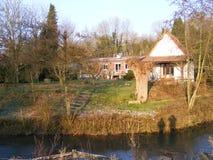 Giardino e casa lungo il fiume Ternoise Francia Fotografia Stock Libera da Diritti