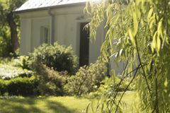 Giardino e casa nella mattina soleggiata Immagini Stock Libere da Diritti