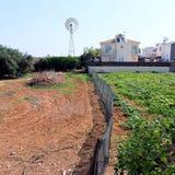 Giardino e case nella città Cipro di Protaras fotografie stock