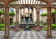 Giardino e fontana di estate ad un castello in Germania immagini stock libere da diritti