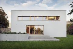 Giardino e nuova casa bianca della famiglia immagine stock