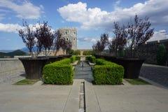 Giardino e torre del castello di Akhaltsikhe Rabati fotografia stock