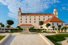 Giardino floreale barrocco dietro il castello medievale a Bratislava, Slovacchia fotografia stock