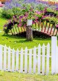 Giardino floreale domestico accogliente di idea e di concetto su estate fotografie stock libere da diritti