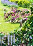 Giardino floreale domestico accogliente di idea e di concetto su estate immagini stock libere da diritti
