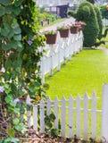 Giardino floreale domestico accogliente di idea e di concetto su estate immagine stock