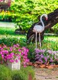 Giardino floreale domestico su estate immagine stock