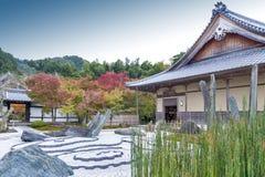 Giardino giapponese di zen durante l'autunno al tempio di Enkoji a Kyoto, Giappone Fotografia Stock