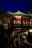 Giardino giapponese entro la notte Fotografia Stock
