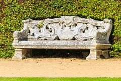 Giardino inglese ornamentale con il banco di pietra for Mobilia in inglese