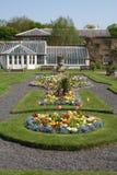 Giardino ornamentale e serra del Victorian. immagini stock