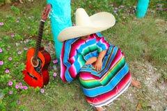 Giardino pigro messicano del pelo del poncio dell'uomo del cappello del sombrero fotografia stock libera da diritti