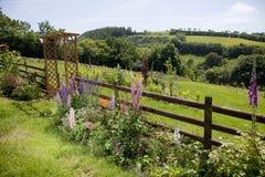 Giardino rurale del paese con la vista Immagine Stock