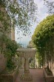 Giardino siciliano con la fontana in Taormina, Sicilia, Italia fotografia stock libera da diritti