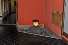 Giardino tradizionale giapponese della pietra di zen della casa fotografia stock