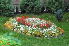 Giardino vicino al monastero immagine stock