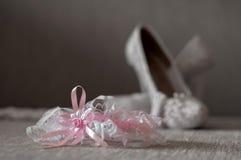 Giarrettiera con le scarpe Priorità bassa di cerimonia nuziale Fotografie Stock Libere da Diritti